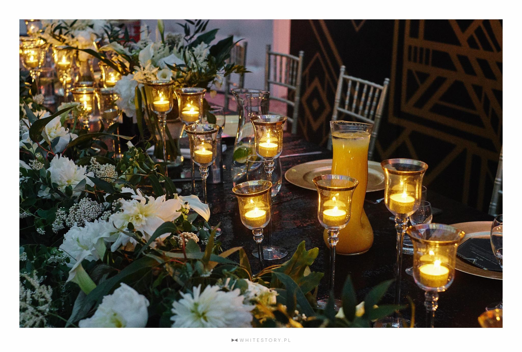 Wesele w motywie art deco the great gatsby organizowane przez Dariusz Zwadowski konsultant ślubny. Na zdjęciu czarny cekinowy obrus, świece, złote podtalerze, krzesła chiavarii